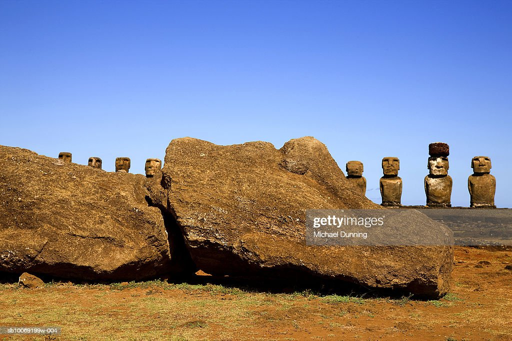 Easter Island, Ahu Tongafiki, row of ancient Moai statues behind rock : Stockfoto