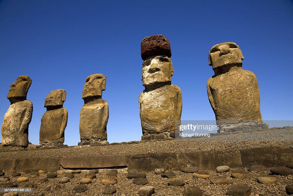 Easter Island, Ahu Tongafiki, row of ancient Moai statues : Stockfoto
