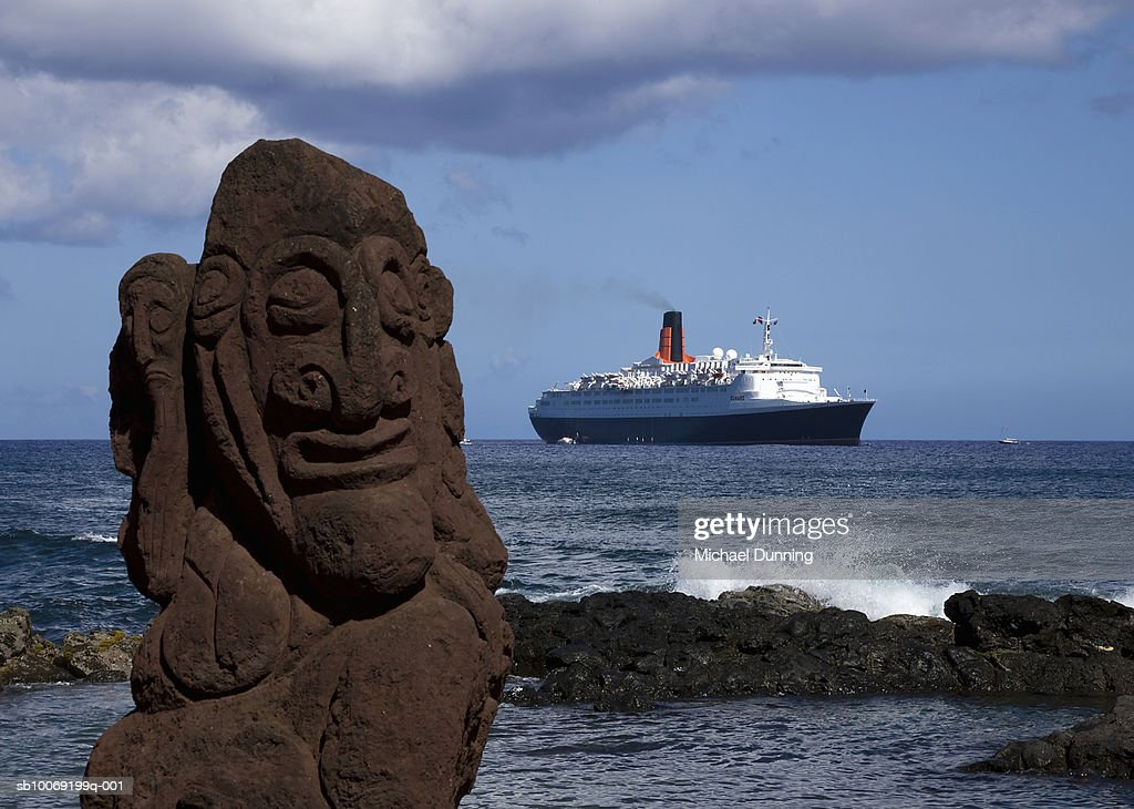 Easter Island, cruise ship with Moai statue in foreground : Stockfoto