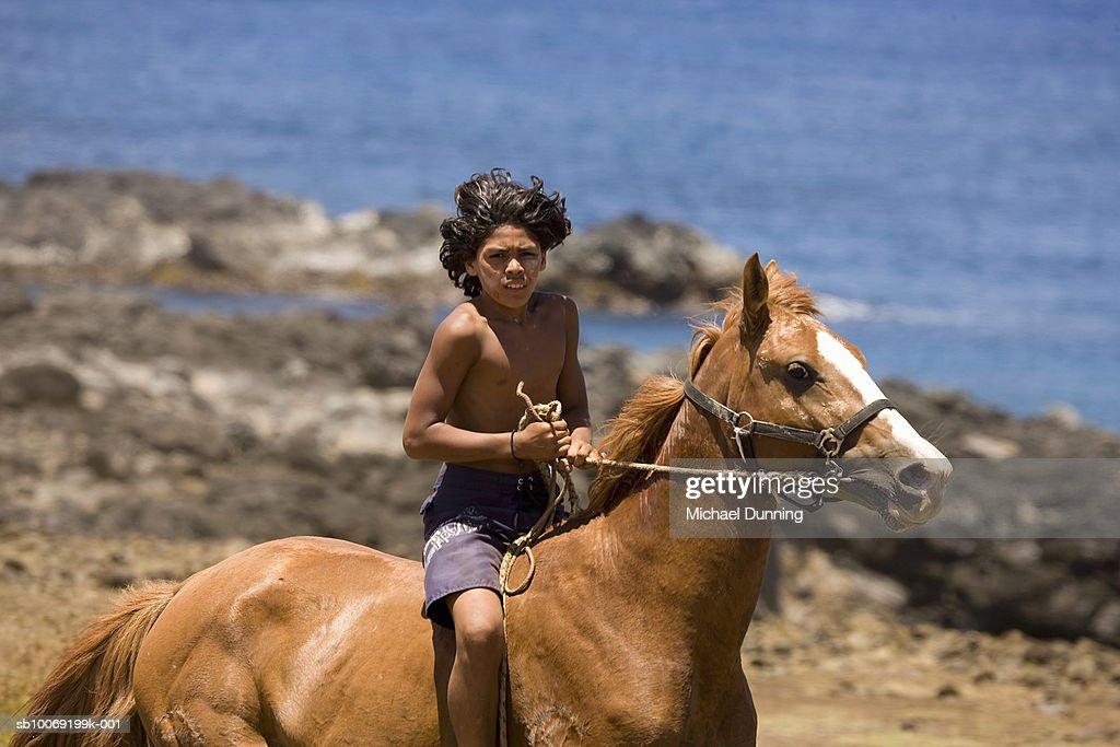 Easter Island, Native boy riding horse : Stockfoto