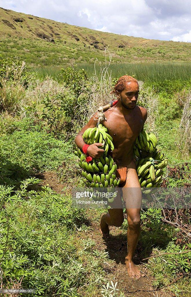Easter Island, native carrying bananas : Stockfoto