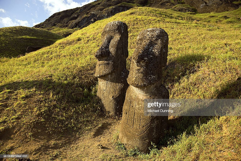 Easter Island, Rano Raraka, two ancient Moai statues on hillside : Stockfoto