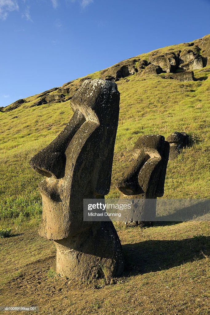 Easter Island, Rano Raraka, two ancient Moai statues on hillside : Stockfoto