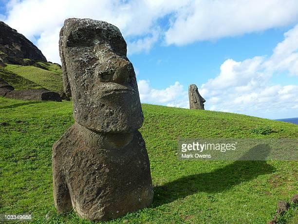 easter island rano raraku moai - rano raraku stock pictures, royalty-free photos & images