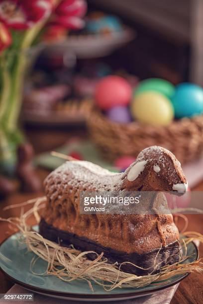 osterkuchen lamm auf dem silbertablett serviert - osterlamm stock-fotos und bilder