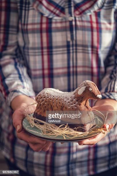 osterkuchen lamm für ostern - osterlamm stock-fotos und bilder