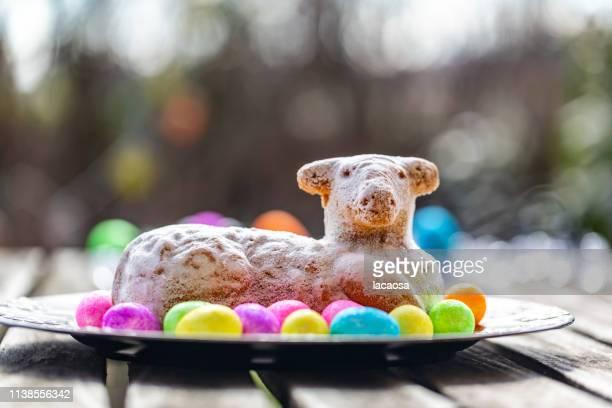 easter lamb with glittering easter eggs - osterlamm stock-fotos und bilder