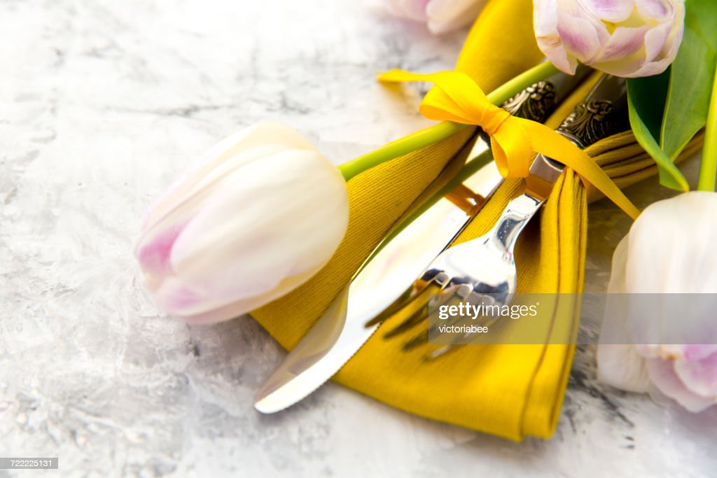 Easter place setting with tulip flowers : Stock Photo