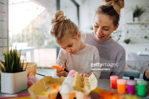 我が家のイースターの準備 - happy easter mom ストックフォトと画像