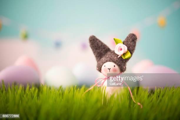 Ostern-Stillleben mit handgefertigten Bunny im Rasen