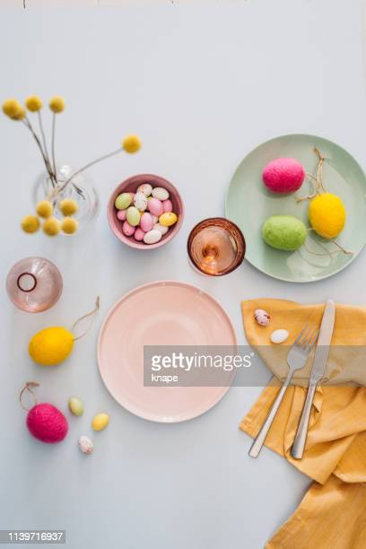 easter table setting with cutlery plates dinnerware easter egg - pasqua foto e immagini stock