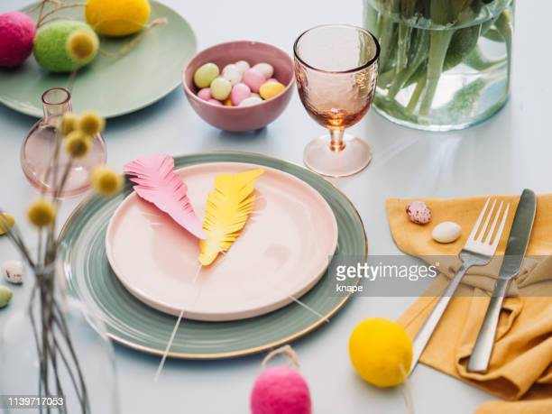 ajuste da tabela de easter com pratos da cutelaria ovo de easter da louça - colorido pastel - fotografias e filmes do acervo
