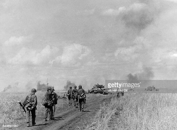2WW eastern front german offensive between Bjelgorod snd Orel SSGrenadiers and Tiger tanks during an attack operation in the northen sector July 1943