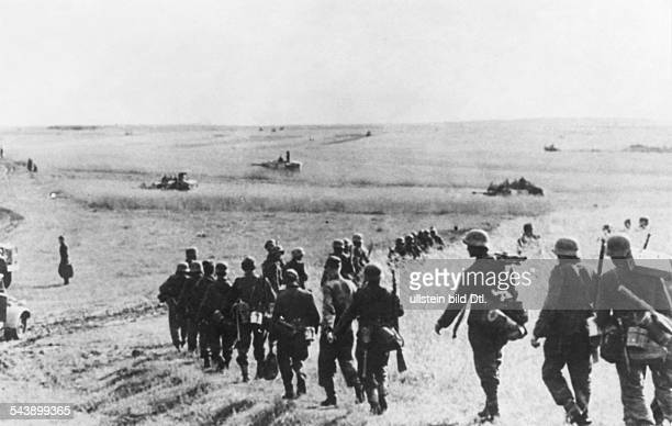 Eastern front - german offensive between Bjelgorod snd Orel :Infantry and tanks during an attack operation in the northen sector. July 1943