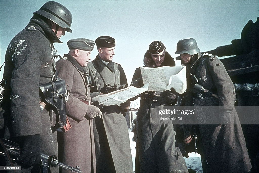 2. WW., eastern front, Soviet union , Theater of war - Army group center: Battle of Moscow Oct.41-Jan.42: in the district of Wolokolamsk / Klin. Briefing between tank and grenadier tropp leaders. December 1941 Foto: Arthur Grimm : News Photo