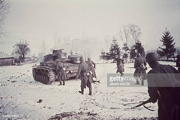 2 WW eastern front Soviet union Theater of war Army group center Battle of Moscow Oct41Jan42 German tanks and infantry advancing onto a village in...