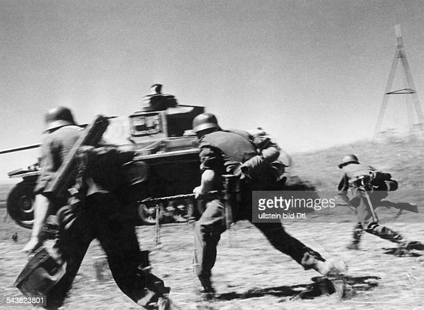 2WW eastern front soviet union war theater AG A / 1 armoured army / 23 armoured div Advance toward the Caucasus tank and grendiers during an assault...