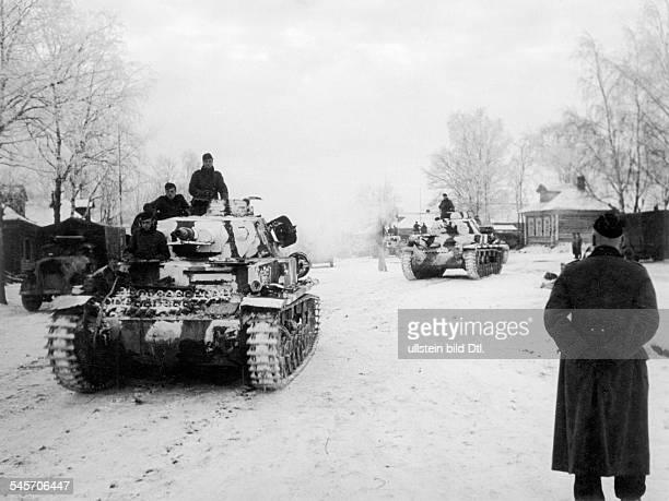 2WW eastern front soviet union war theater battle of Moscow Oct41jan42 German tanks in a village near Matrenino ahead of Moscow about 18 November...