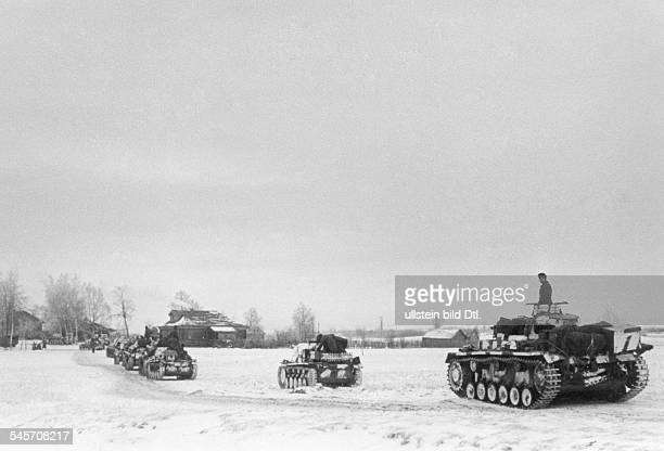 2WW eastern front soviet union war theater battle of Moscow Oct41jan42 German tanks entering a village near Matrenino ahead of Moscow about 18...
