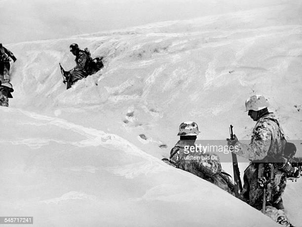 2WW Eastern Front warzone infantrymen in a trench in a snowcovered landscape War correspondent Casper 1945 Photographer PresseIllustrationen Heinrich...
