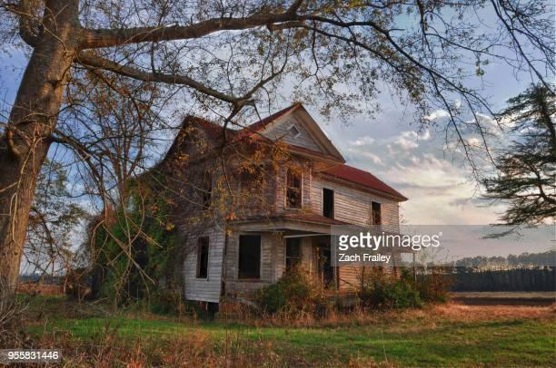 eastern north carolina abandoned farm house - 薄気味悪い ストックフォトと画像