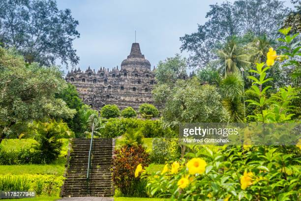 eastern parkway leading up to the 9th century borobudur buddhist temple, borobudur archaeological park, central java, indonesia, january 15, 2018 - java indonesia fotografías e imágenes de stock