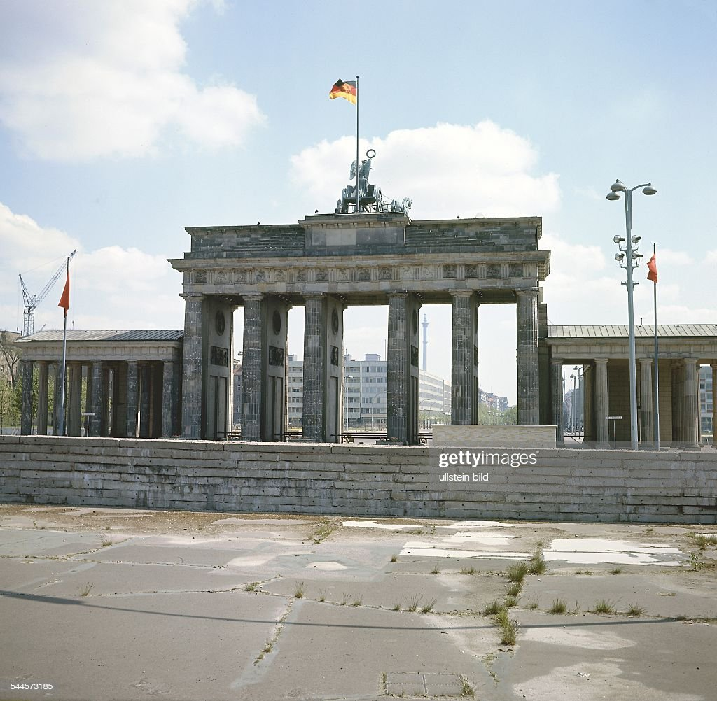 Eastward view to the Berlin Wall in front of the Brandenburg Gate- 1967 : News Photo