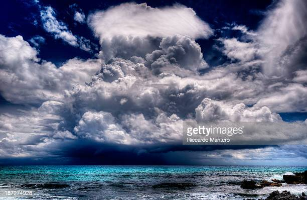 easy forecasts, it will storm. - mujeres fotos stock-fotos und bilder