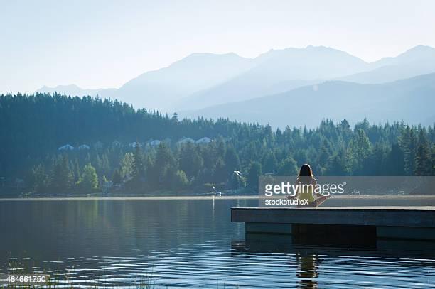 Einfache Pose besinnlichen Lakeside meditation bei Sonnenaufgang