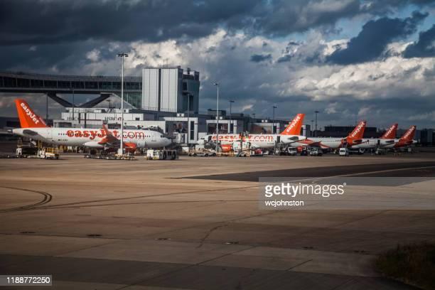 ロンドン・ルートン空港のターミナル外にあるイージージェット機 - ルートン ストックフォトと画像