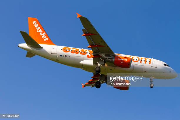 easyjet airbus a319 coming in to land - easyjet stock pictures, royalty-free photos & images