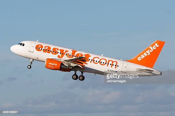 easyjet airbus a319 - easyjet stock pictures, royalty-free photos & images