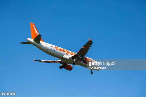 easyjet airbus a320 coming in to land - easyjet stock pictures, royalty-free photos & images