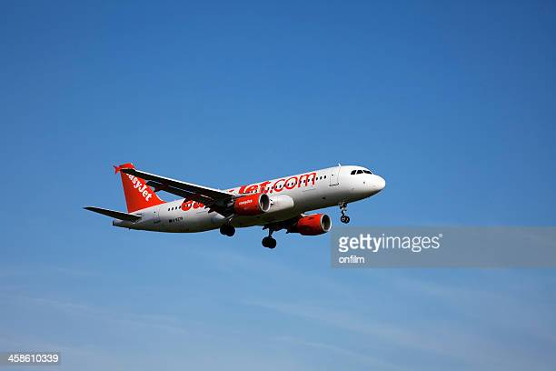 easyjet airbus a320 - a320 stock pictures, royalty-free photos & images