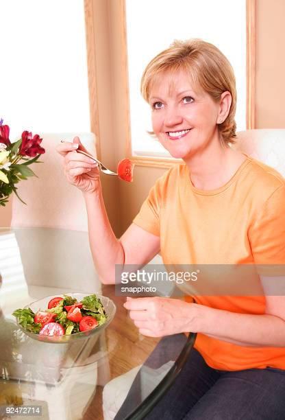 Comiendo una ensalada