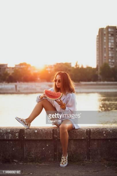 manger et profiter de la pastèque - serbie photos et images de collection