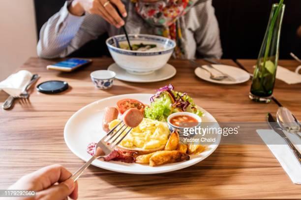 pov eating breakfast - yōshoku photos et images de collection