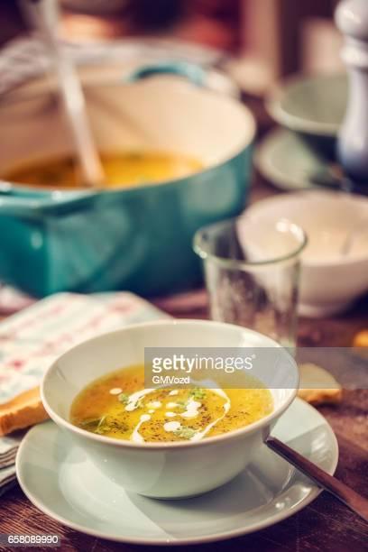 ニンジン、パースニップのスープを食べる