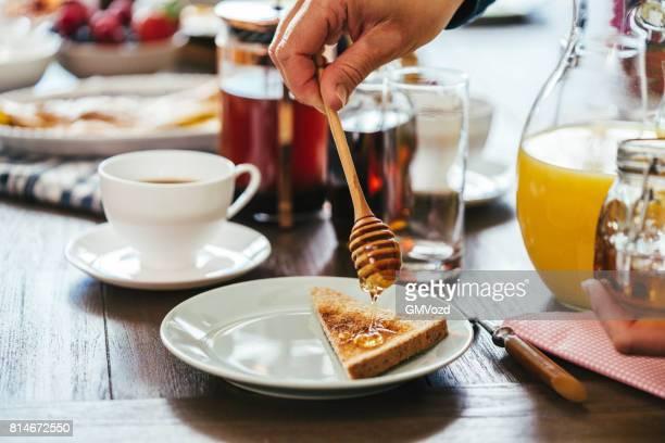 Essen sehr lecker Frühstück mit Kaffee, Toast mit Honig und frischem Obst