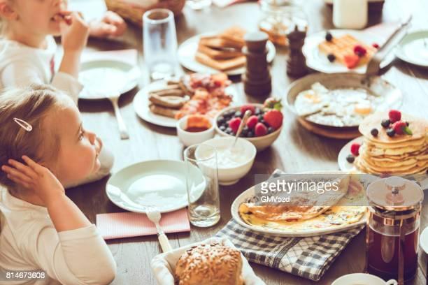 leckeres frühstück mit kaffee, waffeln, croissants und frischem obst zu essen - frühstück stock-fotos und bilder
