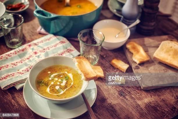 Comer Deliciosa sopa de pollo con zanahorias y Chirivías