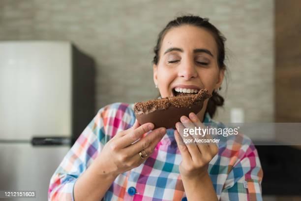 イースターエッグを食べる - イースターエッグのチョコレート ストックフォトと画像