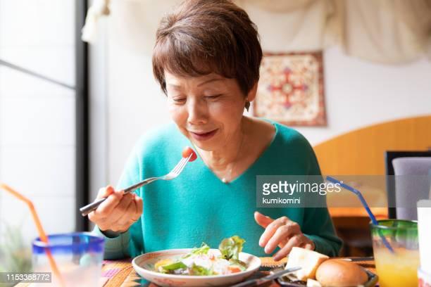 健康的な食べ物を食べる - 食事 ストックフォトと画像