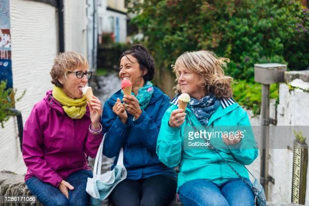 samen ijs eten - genot stockfoto's en -beelden