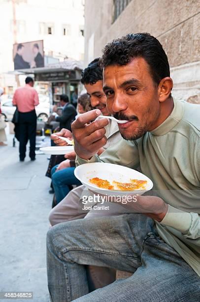 Mangiare knafeh in Medio Oriente