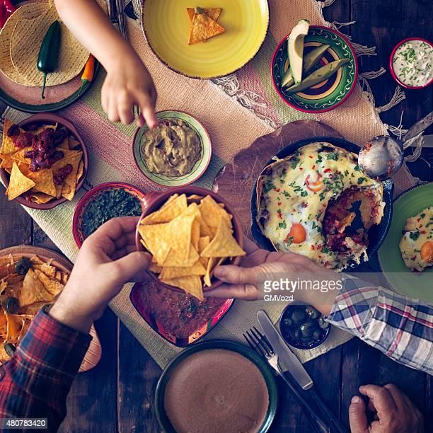 Essen mexikanische Eier und Tortilla Chips mit Salsa, Jalapenos