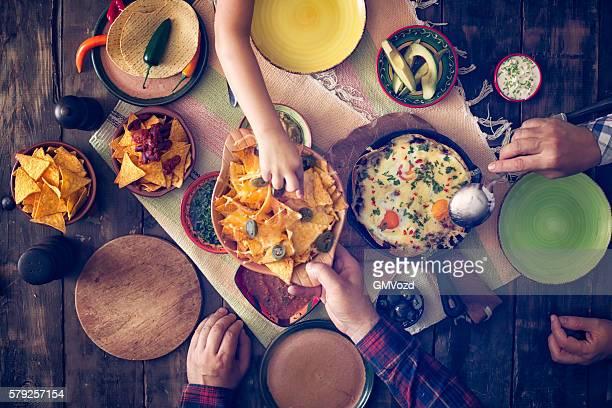 Eating Tortilla mexicana huevos y papas fritas con Salsa y Jalapenos