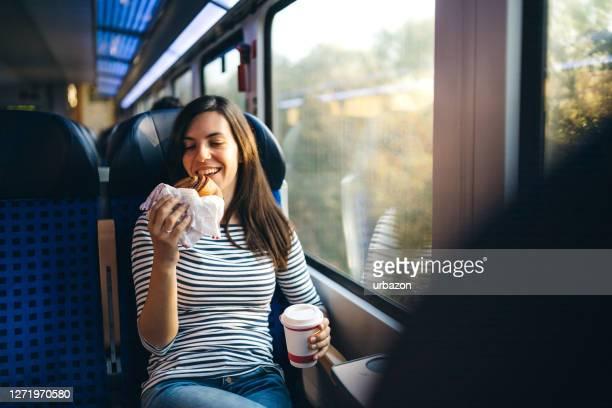 essen auf einer zugfahrt - bahnreisender stock-fotos und bilder