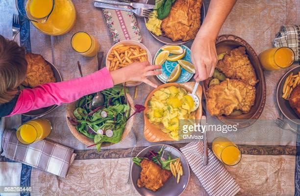 ポテトとグリーン サラダ ウィンナー ・ シュニッツェルを食べる