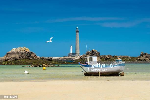 eaux turquoises de bretagne et plage du finistère nord au phare de l'ile vierge - brest brittany stock pictures, royalty-free photos & images